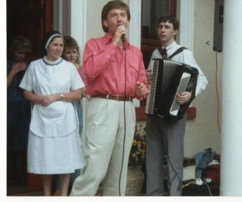 Daniel O'Donnell singing with Michael Coyne